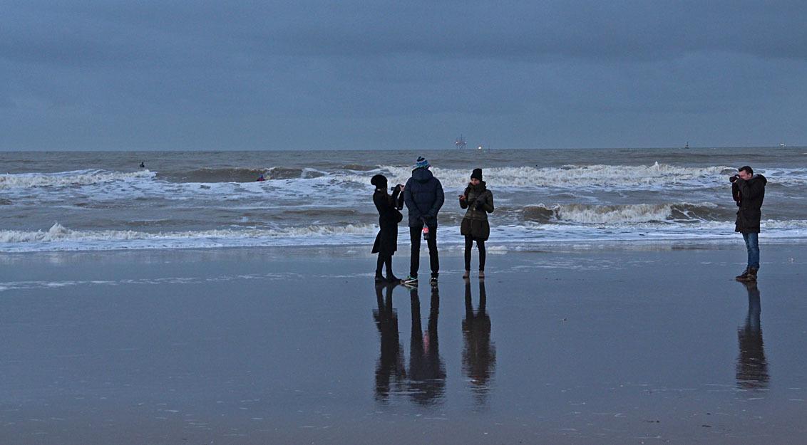 Wie fotografeert wie? - Op het strand.............. - foto door Dodsi op 08-12-2013 - deze foto bevat: strand, zee, winter, golven, fotograferen, weerspiegeling, kou