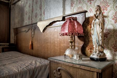 Maison Pendule 3 - Bedankt voor de reacties op m'n vorige foto!  Meer dan 20 jaar geleden is de eigenaar van dit huis overleden. Sindsdien is het huis nooit meer bewo - foto door daanoe op 12-04-2012 - deze foto bevat: vervallen, verval, urbex, exploration, maison, exploring, exploren, daanoe