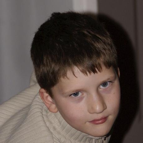 De jongen achter de blik