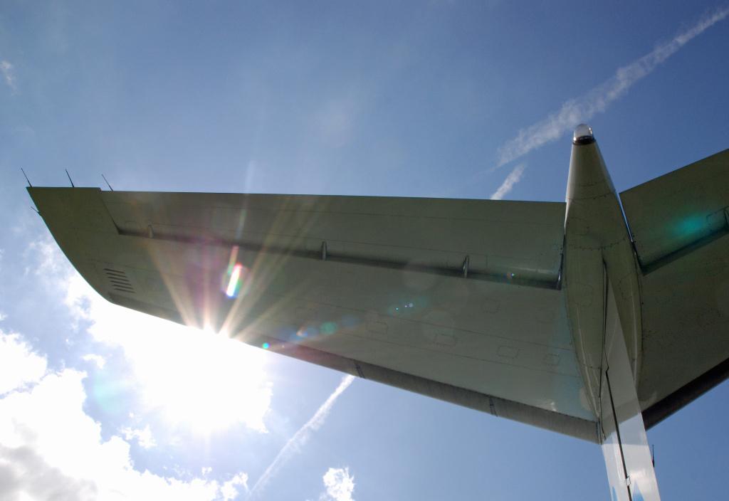 Sunny Tail - Staart vleugel van  een KLM toestel gestationeerd in het Aviodrome. - foto door bagger op 09-12-2010 - deze foto bevat: vleugel, staart, wing, tail, Tailwing, Staartvleugel