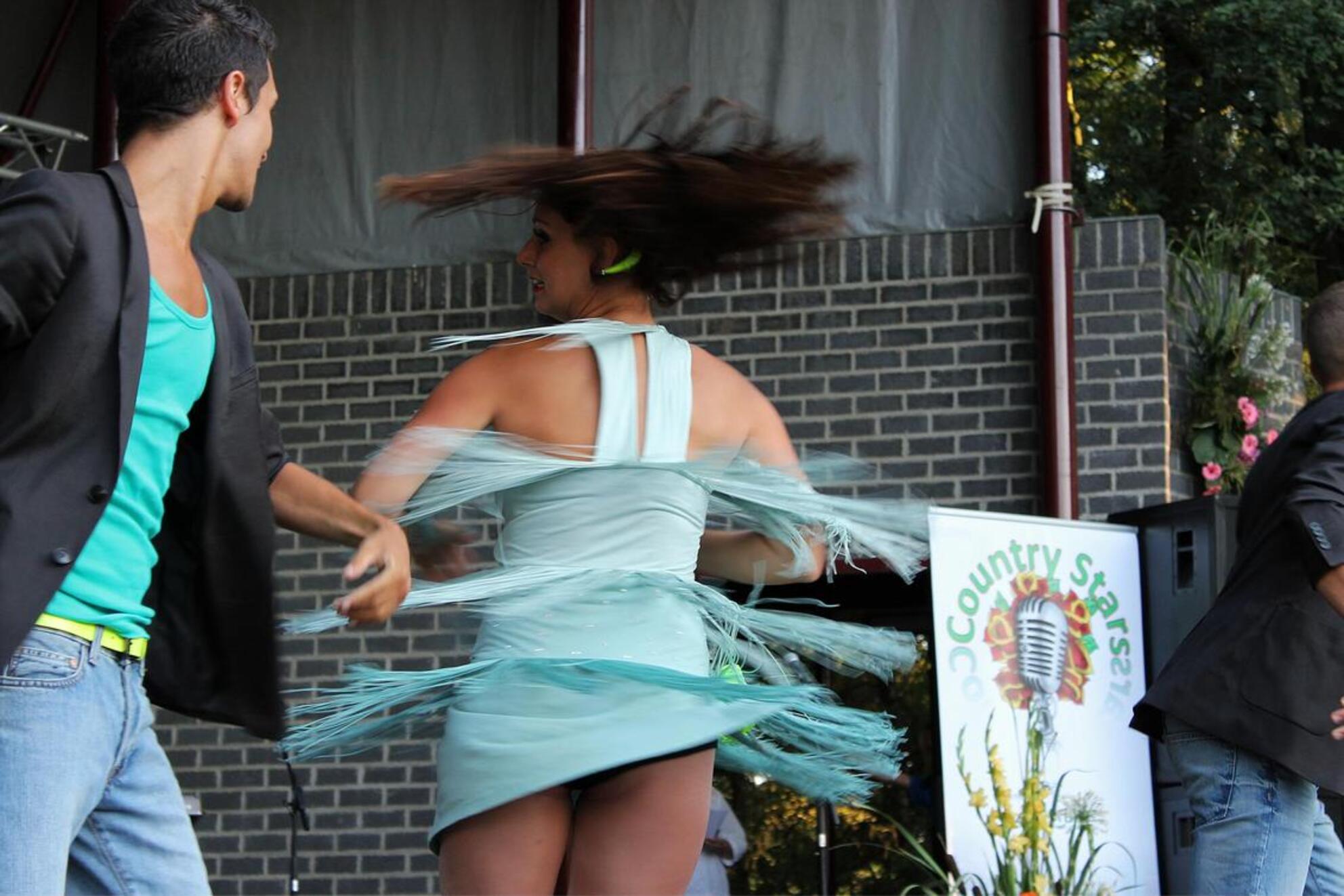 pirouette op het podium - Danspaar op het Floralia Country podium in Oosterhout. - foto door jkoning op 21-08-2012 - deze foto bevat: muziek, dans, sprong, oosterhout, country, floralia, Southern Stars - Deze foto mag gebruikt worden in een Zoom.nl publicatie