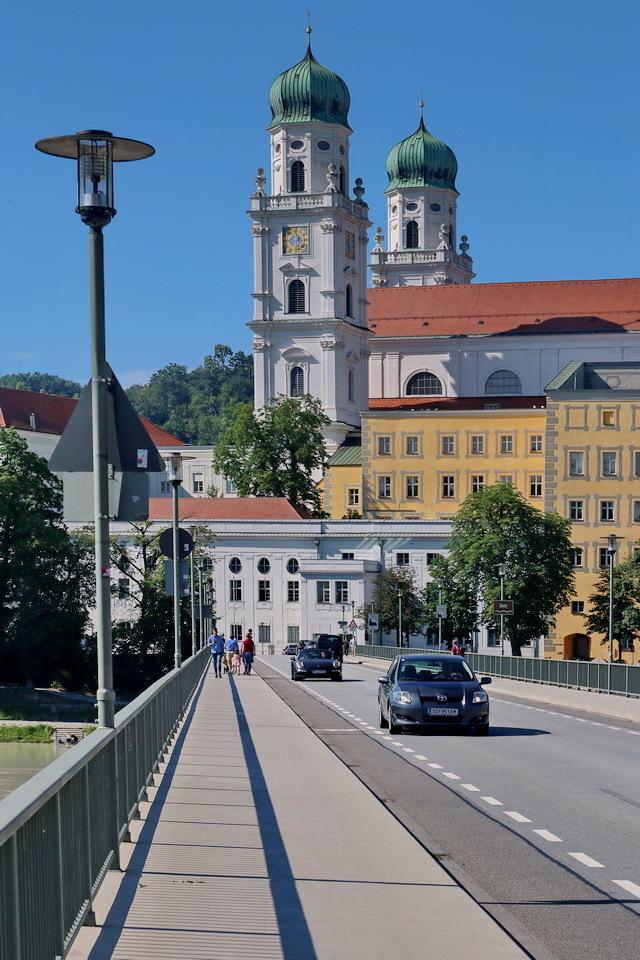 Bayerischer Wald Duitsland. - Via het verlengde van de Marienbrücke heb je een mooi uitzicht op de torens van de Dom St Stephan in Passau.  2 juni 2018. Groetjes, Bob. - foto door oudmaijer op 16-03-2020 - deze foto bevat: oud, uitzicht, licht, lijnen, vakantie, kerk, gebouw, stad, brug, duitsland, passau, bayerischer wald
