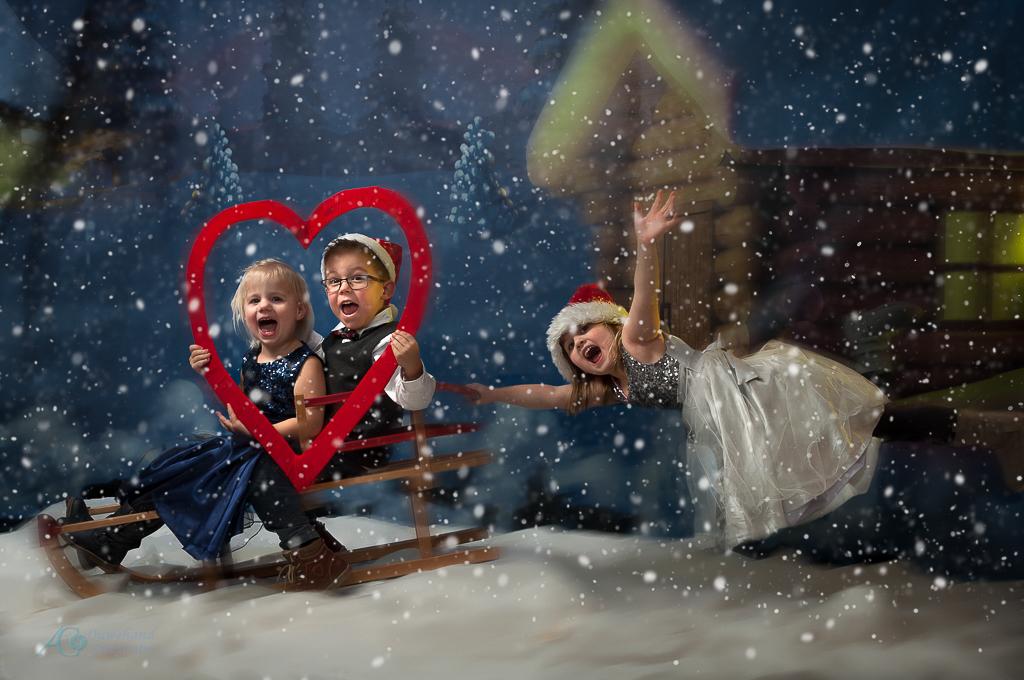 Sneeuwpret - fotoshoot op 1ste kerstdag met de kleinkinderen. Dikke pret bij het maken van de foto's en daarna met de compilatie en nabewerking in Photoshop - foto door sparetime op 04-01-2017 - deze foto bevat: fantasie, kerstkaart, bewerking, photoshop, creatief, manipulatie