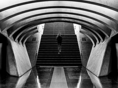 Eenzame reiziger verlaat het station in Luik