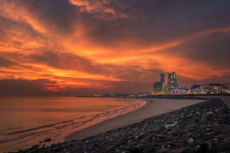 Brandend Vlissingen - Lekker even weg en meteen een prachtige avondlucht bij de haven van Vlissingen. De lucht werd vlak na zonsondergang prachtig rood door de gedeeltelij - foto door Finder80 op 14-05-2018 - deze foto bevat: lucht, wolken, rood, zon, strand, zee, water, licht, avond, zonsondergang, landschap, brand, tegenlicht, zand, stad, haven, pier, zeeland, vlissingen, boulevard, kust, fel, keien, blend