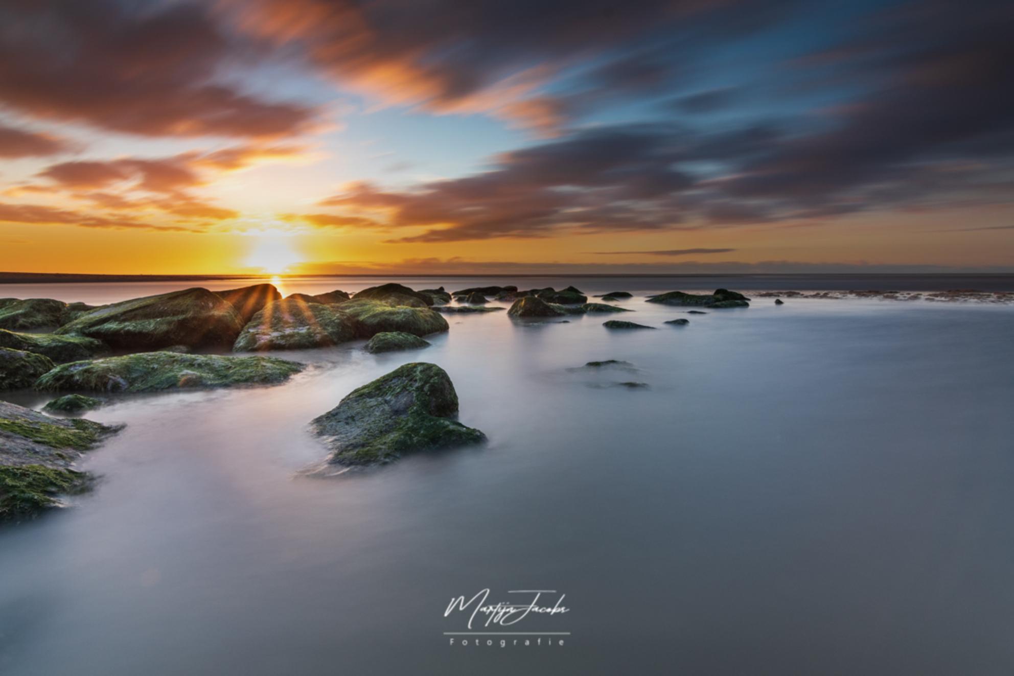 Beautiful sunsets need cloudy skies - - - foto door martijnjacobs1988 op 07-03-2021 - deze foto bevat: wolken, zon, strand, zee, water, avond, zonsondergang, landschap, tegenlicht, lange sluitertijd - Deze foto mag gebruikt worden in een Zoom.nl publicatie