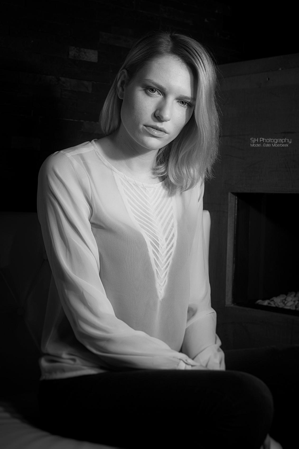 Esther - Model : Esther Moerbeek - foto door S-J-Hoekstra op 24-12-2014 - deze foto bevat: vrouw, licht, portret, model, oog, flits, ogen, haar, fashion, eye, zwartwit, glamour