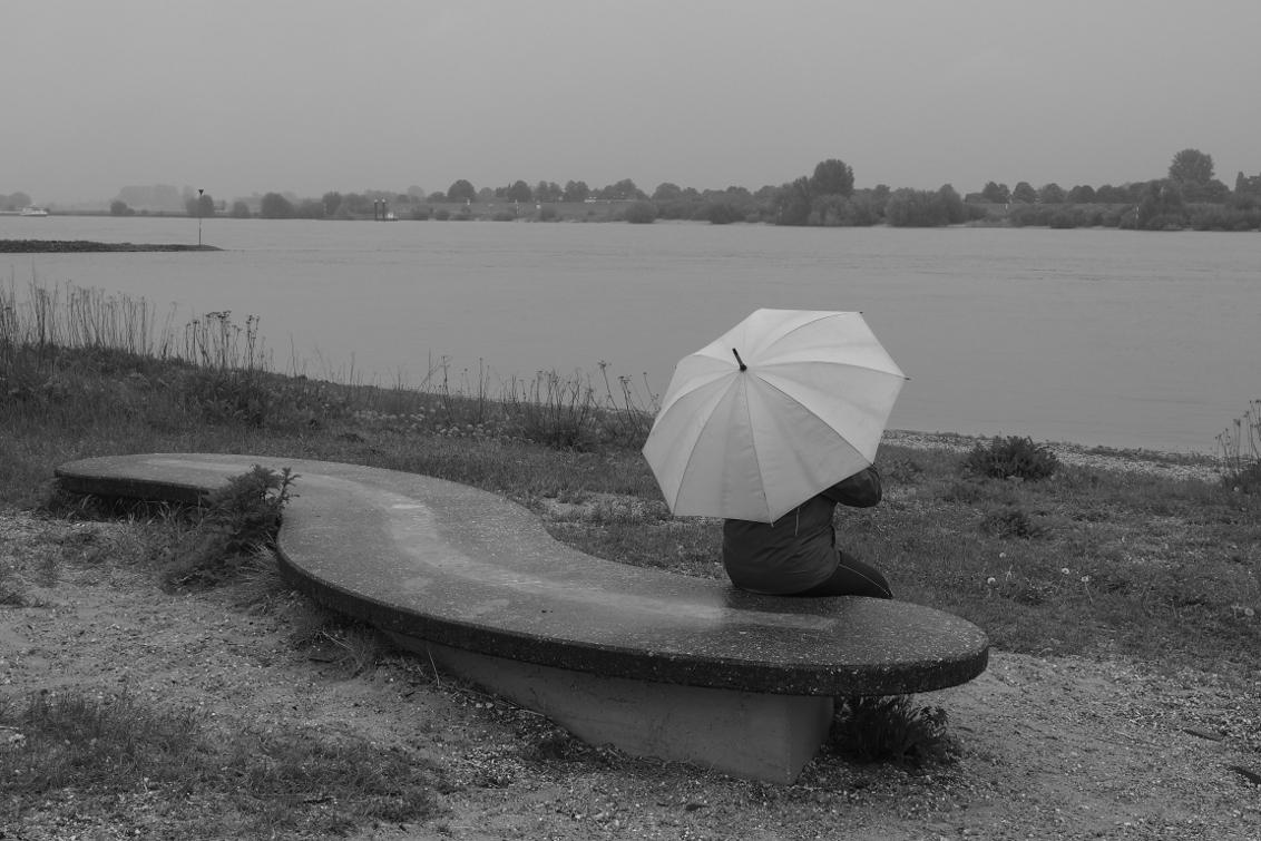 Wachten op het pontje - Even wachten op het pontje naar Millingen aan de rijn...... - foto door verlaek op 30-05-2013 - deze foto bevat: water, bankje, paraplu, rijn, zwart wit