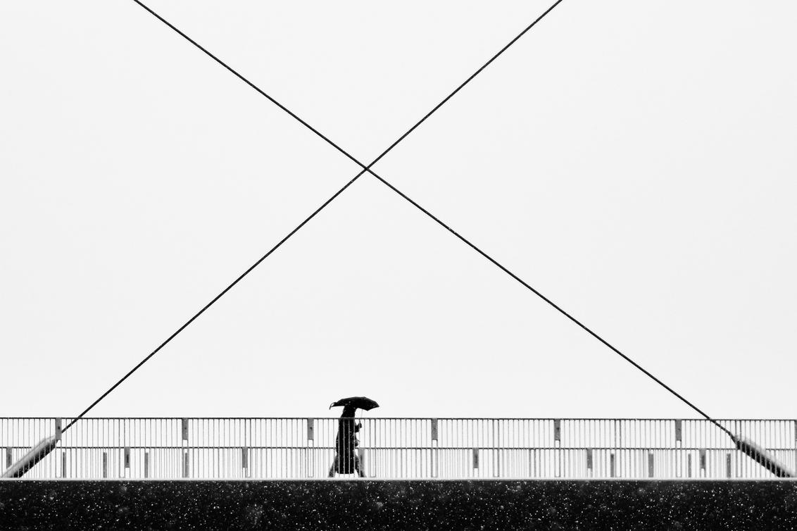 Untitled... - - - foto door ellis77 op 12-02-2018 - deze foto bevat: straat, sneeuw, brug, zwartwit, paraplu