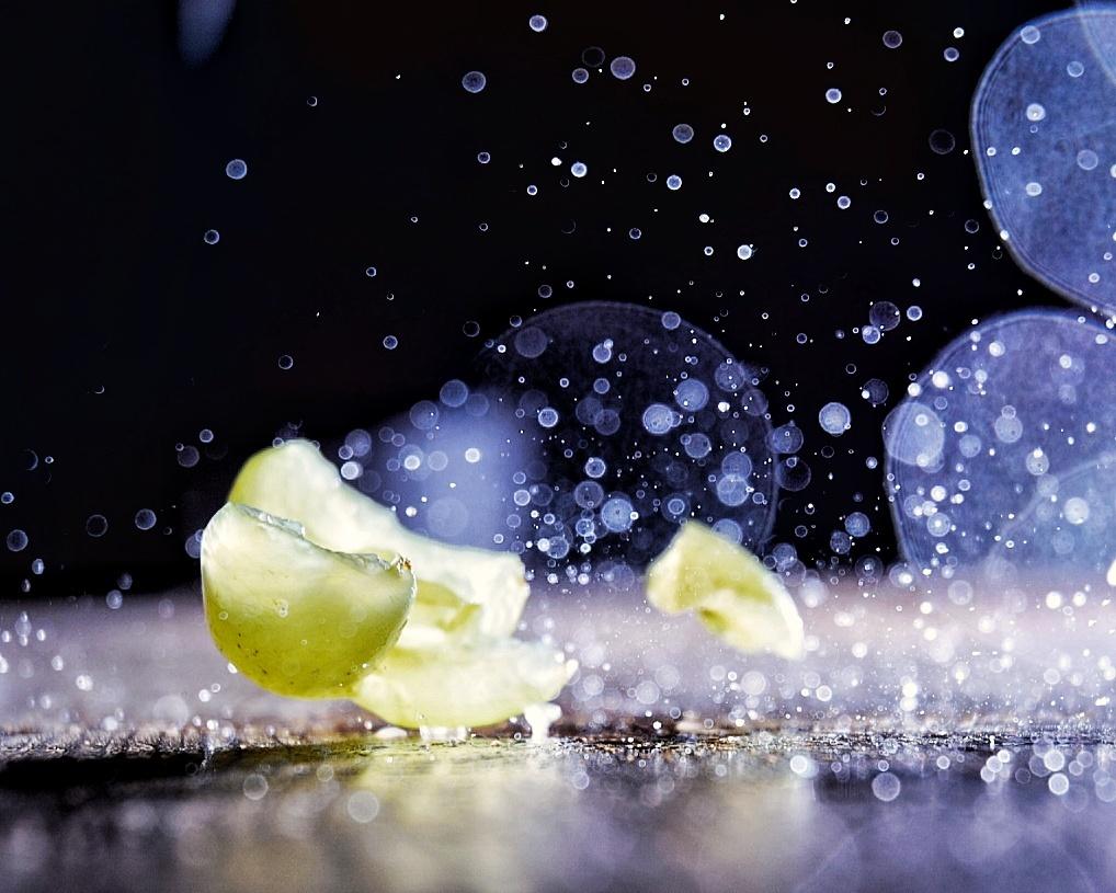 Druif Splash! - Foto is ontstaan via een high speed photography experiment waarbij de flits voor het plaatje zorgt. - foto door RemyvdPol op 22-10-2020 - deze foto bevat: druppels, splash, druif, high speed fotografie