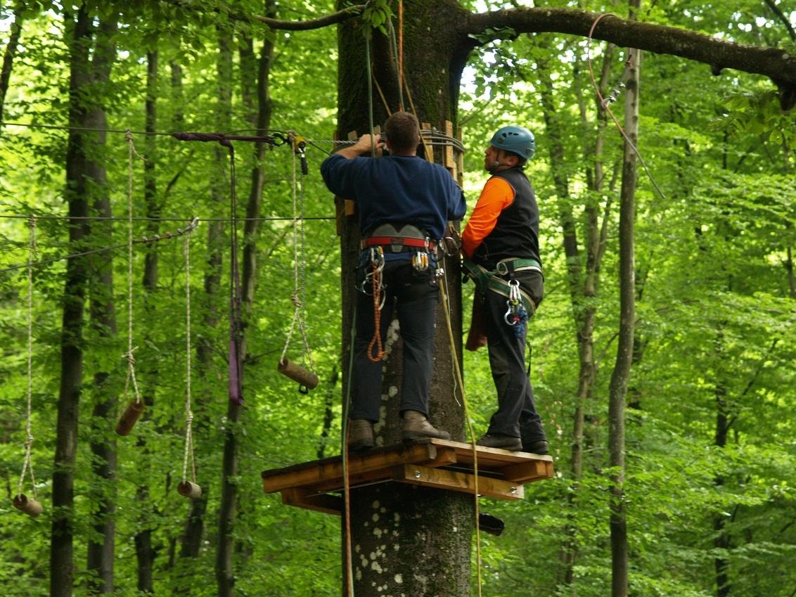 """Aanleg van een klim parcours. - Twee klussers zijn bezig om een klim parcours tussen de bomen aan te leggen en te testen in het """"Naturerlebnis Park Oberes Elztal"""". - foto door janbruijns op 28-07-2012 - deze foto bevat: klimbos, klimpark"""