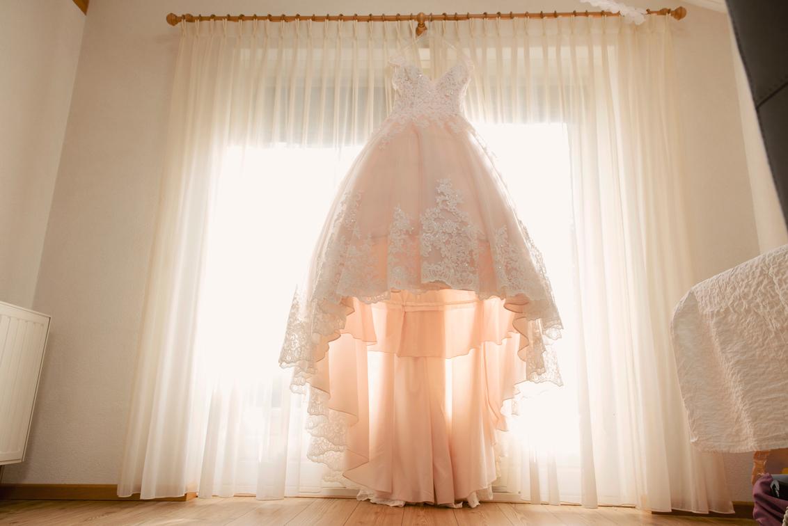 de trouwjurk - Het moment dat de jurk nog hangt en enkele uren later wordt aangetrokken. Spannend!!! - foto door mandyweerd op 08-10-2019 - deze foto bevat: tegenlicht, bruid, champagne, trouwjurk, voorbereidingen