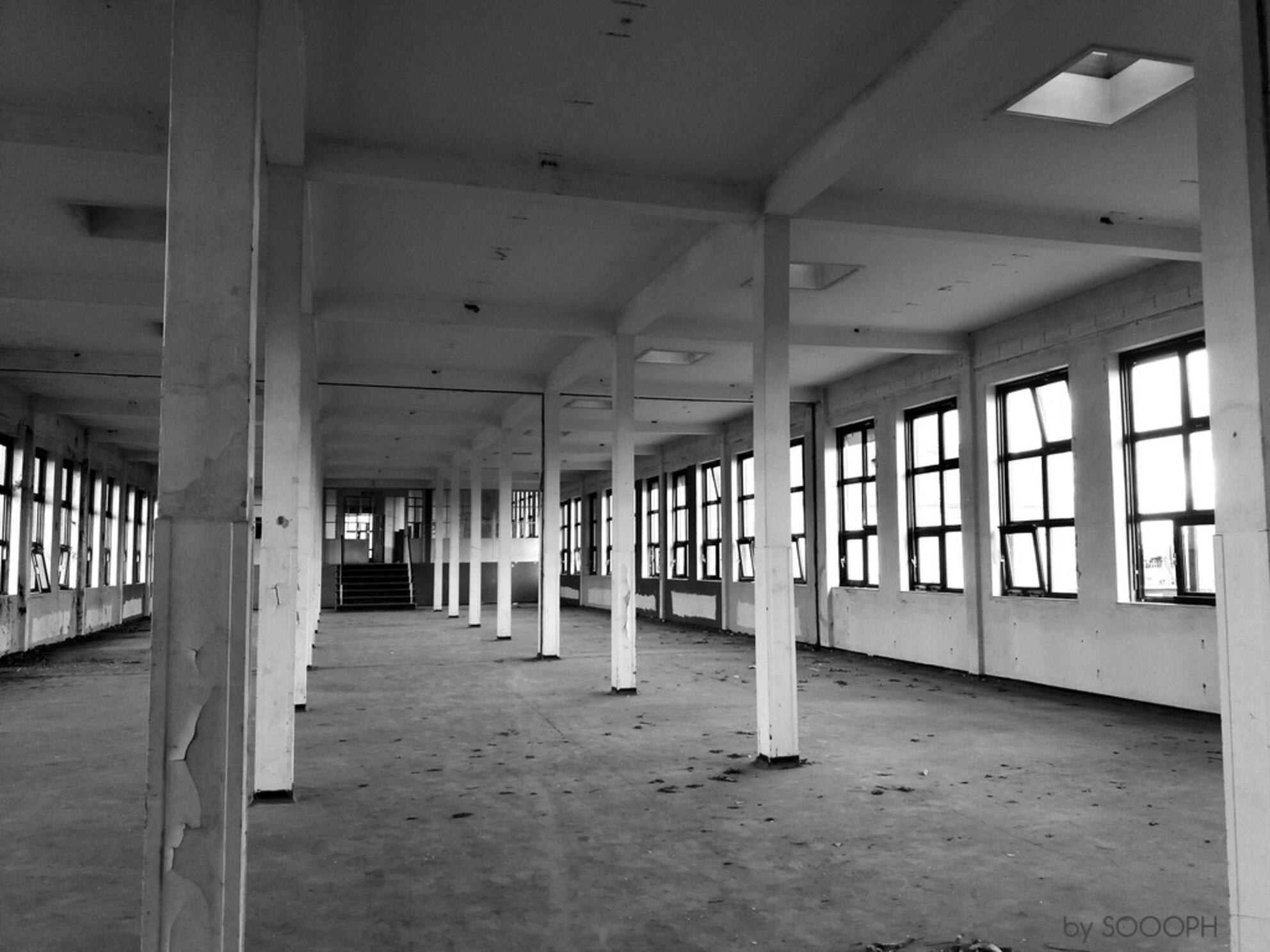 stilte - - - foto door sophieroessingh op 17-04-2017 - deze foto bevat: oud, lijnen, architectuur, gebouw, stad, zwartwit, fabriek, straatfotografie, verlaten, vervallen, urbex, urban exploring