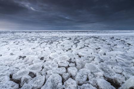 IJsstructuren aan het Wad... - Het Wad bij Ternaard veranderd in een schitterend ijslandschap. - foto door ArjanSijtsma op 11-03-2021 - deze foto bevat: lucht, wolken, wit, blauw, strand, zee, water, natuur, licht, sneeuw, winter, avond, structuur, zonsondergang, ijs, landschap, avondlicht, tegenlicht, storm, zand, nacht, kust, wadden, waddenzee, puzzel, dreigend, friesland, wad, structuren, figuren, slik, slijk, lichtinval, fryslan, werelderfgoed, ternaard, puzzelstukjes, lange sluitertijd, donkere luchten, dreigende luchten, t skoar
