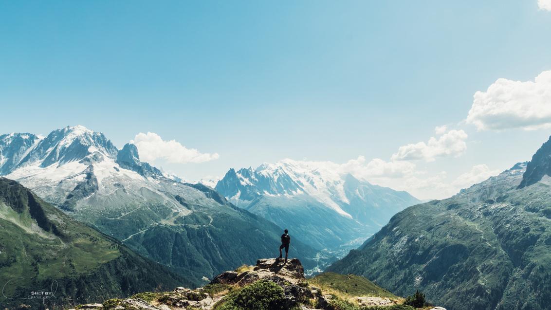 Never let a view untouched - Prachtig avontuur in de Alpen. 10 dagen op de Tour du Mont-Blanc, slapen in kleine tentjes te midden van de geweldige natuur. Een route door Frankrij - foto door canipel op 03-08-2015 - deze foto bevat: lucht, mensen, kleur, uitzicht, natuur, licht, vakantie, portret, frankrijk, reizen, landschap, tegenlicht, zomer, bergen, avontuur, perspectief, vintage, compositie, berg, wandelen, alpen, reisfotografie, europa, trekking, hiking, tmb, mont-blanc, vsco