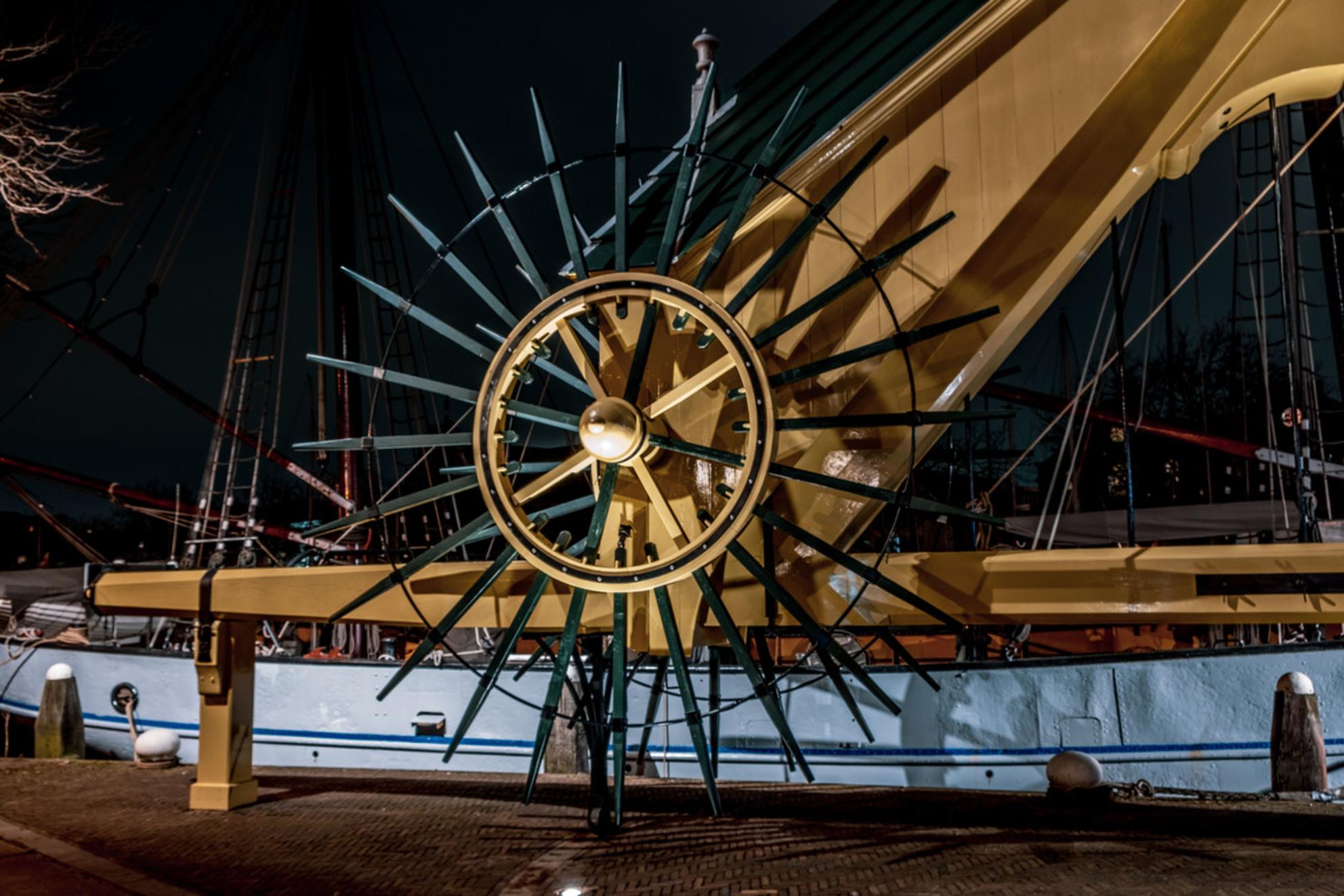 Kraan in de nacht - - - foto door jesperdrenth op 28-02-2021 - deze foto bevat: oud, abstract, water, avond, spiegeling, schaduw, stad, haven, nacht - Deze foto mag gebruikt worden in een Zoom.nl publicatie