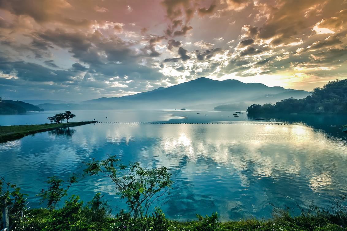 Sun Moon Lake, Nantou, Taiwan - Sun Moon Lake, Nantou, Taiwan. Gemaakt tijdens Zoom.nl Lezersreis in 2010. Zie ook http://zoom.nl/artikel/community/20582-verslag-lezersreis-taiwan - foto door hanskl op 12-03-2018 - deze foto bevat: wolken, zon, water, landschap, zonsopkomst, meer