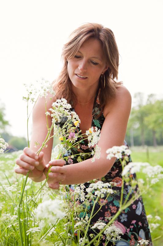 spring arrives... - De eerste uit een serie van vijf foto's over dingen waar je zin in krijgt als het lente wordt. Model Anne, een vriendin van me.  Hartelijke groet, - foto door Anne-Marie Kok op 25-05-2011 - deze foto bevat: zon, lente, portret, bloemen, model