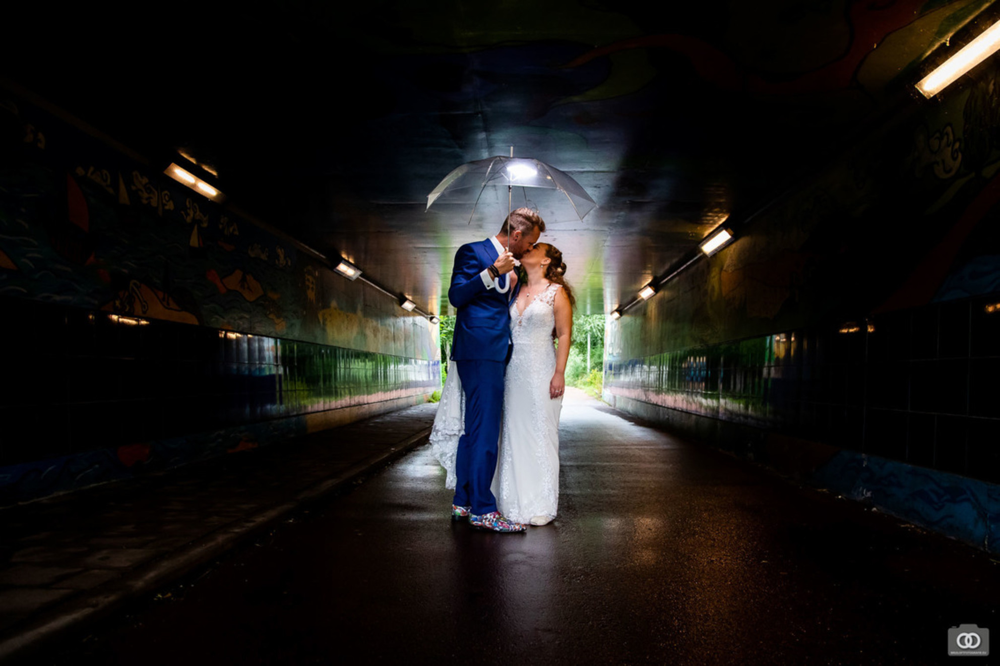 Fietstunnel - Tijdens de regen schoten we een fietstunnel in, en maakte ik deze foto - foto door robinlooy op 28-01-2021 - deze foto bevat: donker, trouwen, tunnel, bruiloft, bruidspaar, trouwfotografie, bruidsfotograaf, trouwfotograaf, bruiloftsfotografie, bruiloftsfotograaf - Deze foto mag gebruikt worden in een Zoom.nl publicatie
