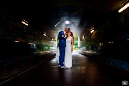 Fietstunnel - Tijdens de regen schoten we een fietstunnel in, en maakte ik deze foto - foto door robinlooy op 28-01-2021 - deze foto bevat: donker, trouwen, tunnel, bruiloft, bruidspaar, trouwfotografie, bruidsfotograaf, trouwfotograaf, bruiloftsfotografie, bruiloftsfotograaf