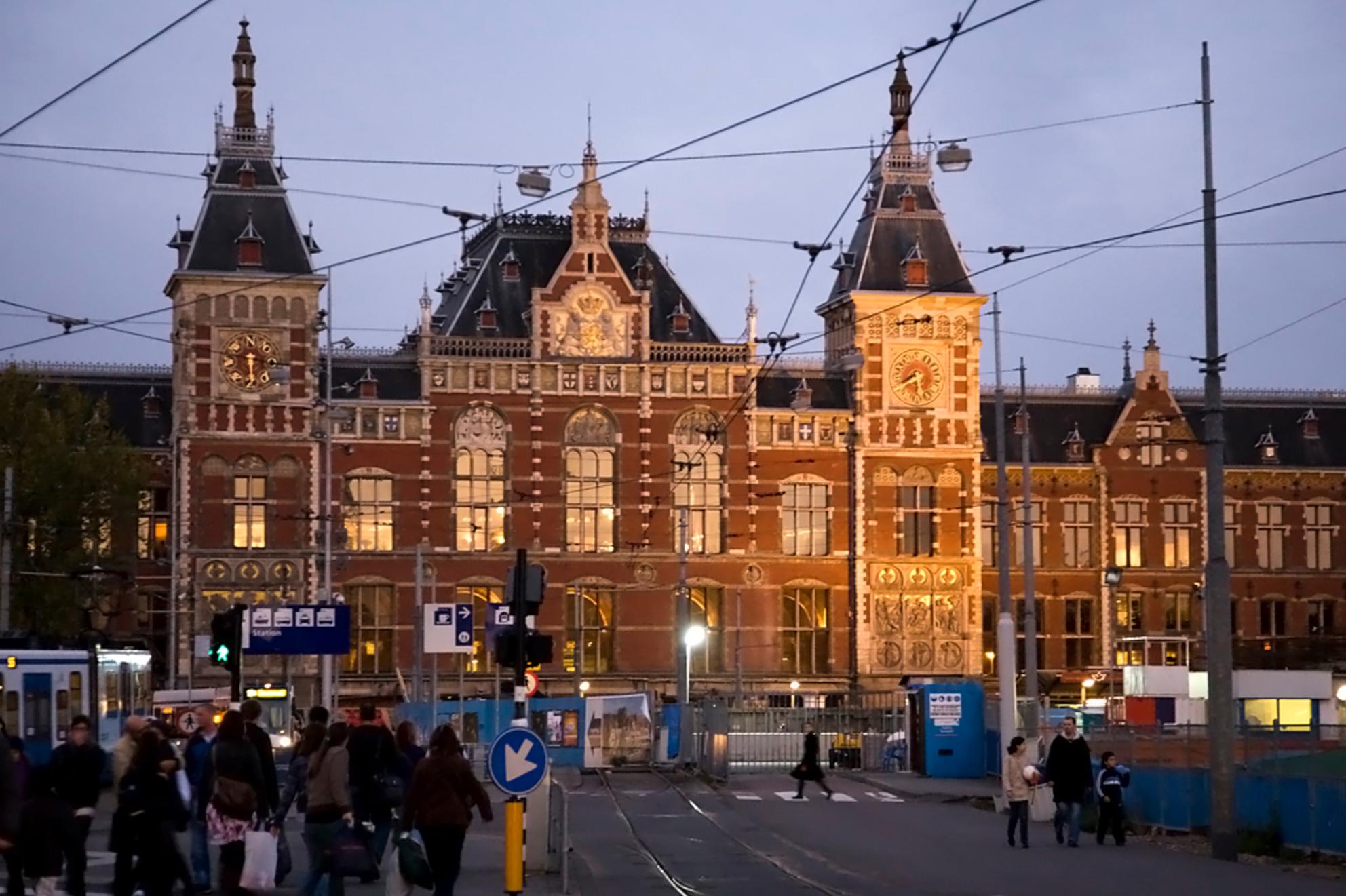 Centraal - Een dagje Amsterdam - foto door gerard-32 op 27-10-2009 - deze foto bevat: station, amsterdam, centraal