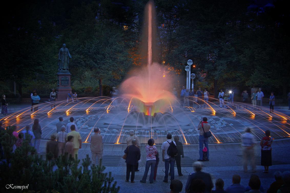 Marianske Lazne 3 - De Zingende fontein - 2 Fotos van een van de leuke attracties uit het kuurgedeelte van Marianske Lazne. Om de twee uur gaat de zingende fontein op muziek dansen en er kome - foto door kosmopol op 14-09-2011 - deze foto bevat: fontein, tsjechie, kosmopol, Marianske Lazne