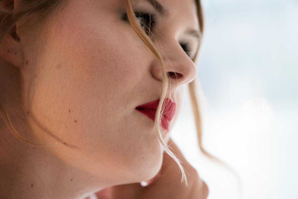 red lips - het klaarmaken is mijn favoriete moment.Nikkie in volle concentratie... - foto door mandyweerd op 12-12-2018 - deze foto bevat: daglicht, beauty, bruid, closeup
