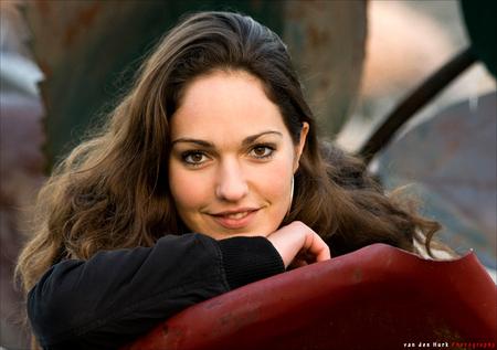 Lotte 5 - Hier ook weer een foto van Lotte, gemaakt in december 2007.  De blik in haar ogen vind ik echt heel mooi.   Ben weer benieuwd wat jullie er van v - foto door Vinnyme op 08-06-2008 - deze foto bevat: rood, wit, bruin, roos, portret, ogen, koud, buiten, december, lotte, vinnyme