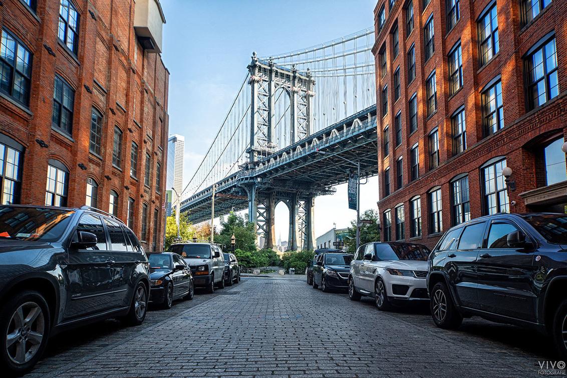 Manhattan Bridge - Dumbo, een locatie waar veel films en series zijn opgenomen. Vroeg naar de locatie gegaan om het zonlicht op de panden nog op de foto te krijgen. - foto door Vivo op 27-10-2019