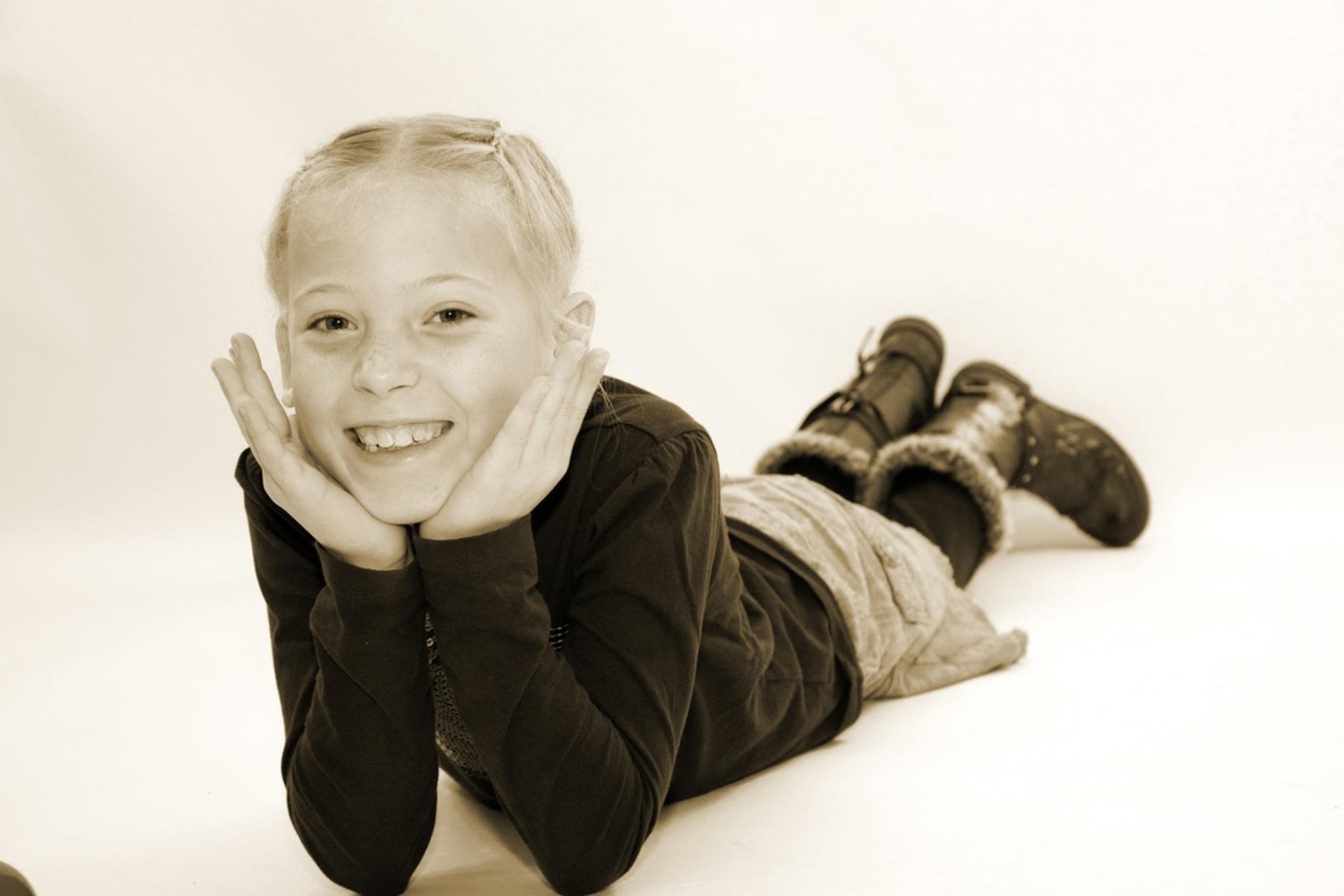 Lief schattig meisje - Bente heeft grote lol in het model staan voor de camera - foto door vinenes op 22-12-2011 - deze foto bevat: portret, kind