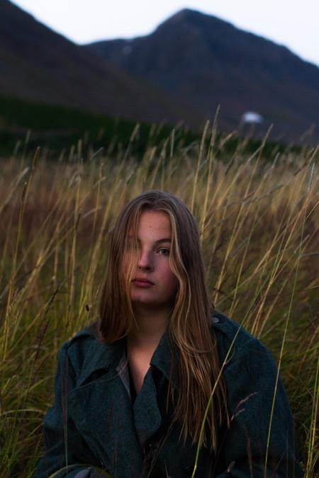 Janika op Ijsland #1 - Op Ijsland heb ik Janika gefotografeerd met het doel een serie te creeëren met een natuurlijke uitstraling met een fashion-achtig tintje. - foto door lk123456789 op 10-09-2017 - deze foto bevat: model, fotoshoot, 50mm