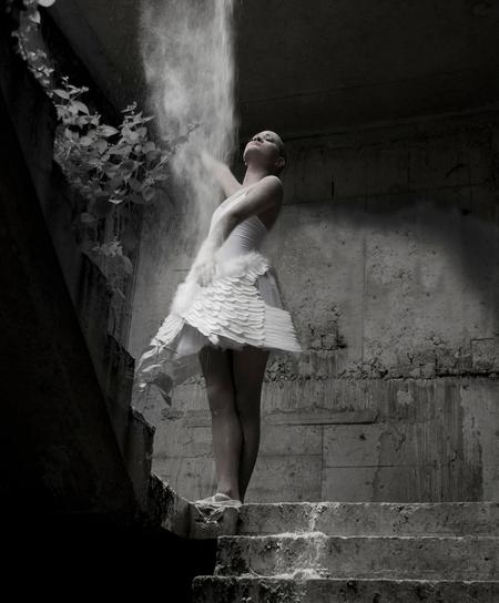 free - Model: Aglaya Charis Andi Ganjoe Visagie: Marty Weststrate www.iostyling.nl Styling: ACAG Fashion  Met meel hebben we een zgn waterval van licht  - foto door lidewijvandijk op 22-09-2011 - deze foto bevat: model, urbex