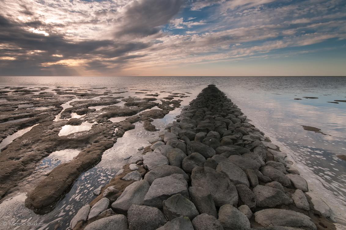 Koehool - Gister spannende luchten en zodoende vrij laat nog naar een voor mij nabije locatie gereden.  Heb het idee dat de foto iets aan de drukke kant is m - foto door mjbakker20 op 17-04-2015 - deze foto bevat: wolken, blauw, zonsondergang, stenen, golfbreker, patronen, koehool