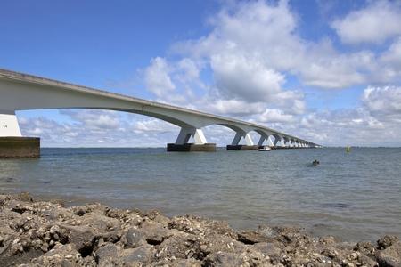 De brug - Was ooit de langste brug van Europa. - foto door goosveenendaal op 18-07-2014 - deze foto bevat: zee, water, landschap, brug, zeeland