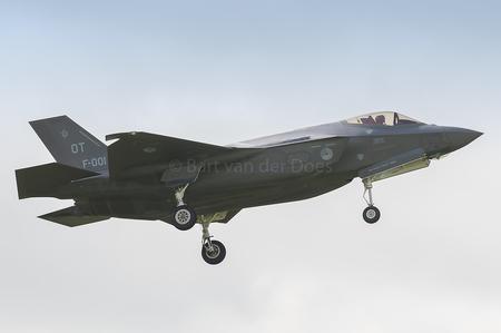 F-35A - F-001 323 SQN 'OT' - F-35A - F-001 323 SQN 'OT' - foto door BirdieBarty op 14-07-2017 - deze foto bevat: klu, vliegtuig, landing, nederland, scanner, afterburner, leeuwarden, piloot, volkel, airborne, vliegbasis, luchtmachtdagen, defensie, arrival, usaf, runway, qra, fwit, Frisian Flag, f-35, f35, edwards air base, f-001, f-002, f-35a
