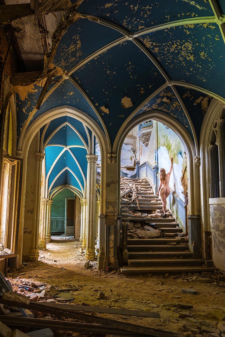Curiosity - In Chateau Noisy in België heb je de meest geweldige hal die ik ooit heb gezien bij een urbex locatie. De marmeren trap, het geweldige plafond, de mo - foto door Sake-van-Pelt op 02-08-2015 - deze foto bevat: vrouw, trap, blauw, licht, kasteel, portret, schaduw, model, hout, plafond, raam, erotiek, vergeten, urban, naakt, pose, glamour, billen, verlaten, lopen, vervallen, hal, klassiek, verf, bloot, rug, fotoshoot, kapot, urbex, chateau, artistiek, armen, noisy, exploration, gotisch, marmer, exploring, afgebladderd, afbladderen, natuurlijk licht