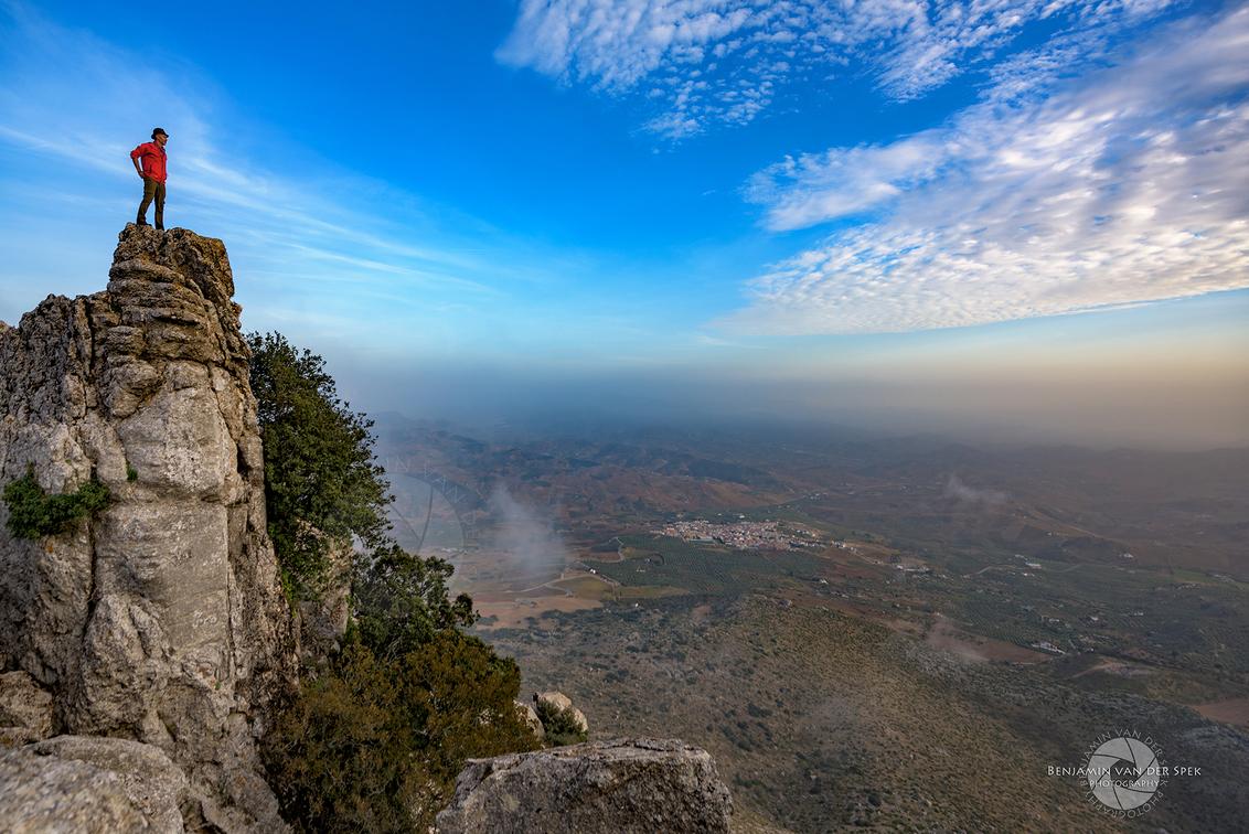 Uitkijk rots - Zelfportret op El Torcal de Antequera in zuidelijk Spanje, met uitzicht over het landschap ver beneden. - foto door eachat op 16-01-2017 - deze foto bevat: uitzicht, landschap, zelfportret, bergen, spanje, el torcal de antequera