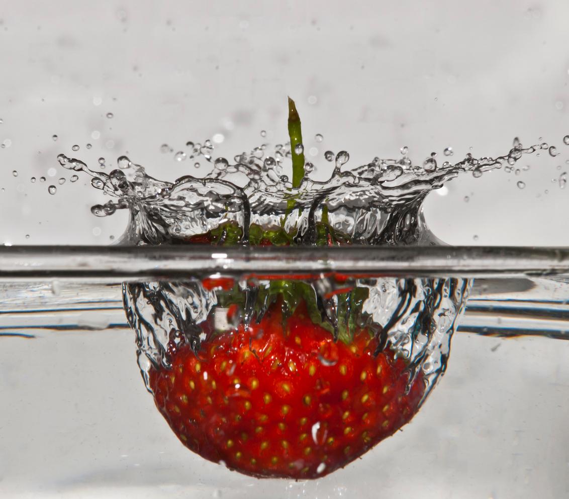 PAS OP! vallend fruit ! - Toevallig stond de camera op het water gericht waar heeeeel toevallig ook een aardbei in viel, en dit is het resultaat. - foto door Bambo op 21-05-2011 - deze foto bevat: macro, fruit, aarbei, vallen, vallend