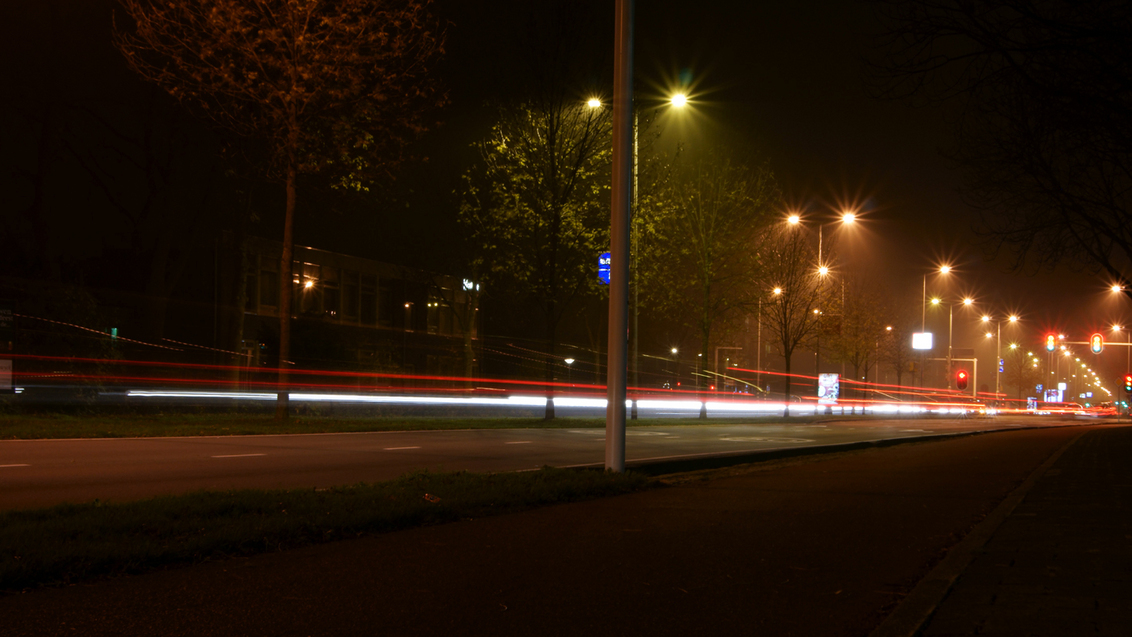 Bewegend licht - Foto gemaakt in leiden met een beetje mist en bewegende auto's er is niets aan bewerkt - foto door thebartman op 14-11-2011 - deze foto bevat: nacht fotografie