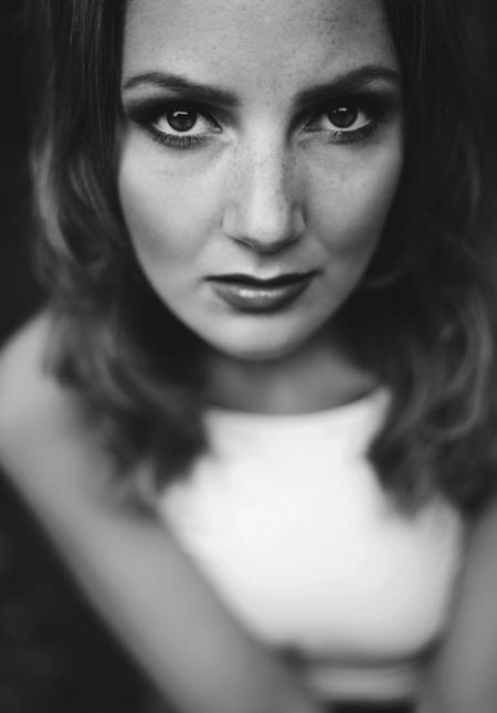 Zelfportret - Ik had vandaag zin om wat te make-uppen en foto's te maken, heb wel gemerkt dat met daglicht make up toch wat minder goed uit komt... - foto door anoukstrijbos op 14-06-2015 - deze foto bevat: donker, portret, daglicht, ogen, photoshop, 50mm