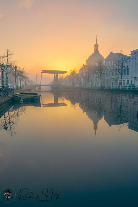 leiden 28-02-21 - Leiden stad met mist.  Wat kannhet mooi zijn hé. - foto door richard33 op 01-03-2021 - deze foto bevat: lucht, wolken, water, lente, licht, boot, sneeuw, vakantie, spiegeling, landschap, mist, tegenlicht, zonsopkomst, kerk, brug, hdr, lange sluitertijd