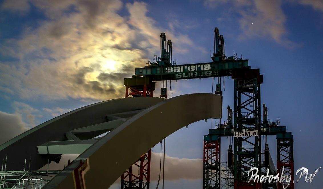 Building a bridge - Momenteel wordt er naast de A2 bij Utrecht een nieuwe spoorbrug gebouwd.  Na een blik op TPE heb ik toch de camera maar gepakt.  Deze foto is daa - foto door PeterWesterik op 11-05-2017 - deze foto bevat: utrecht, raw, industrieel