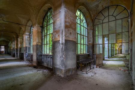 Manicomio di R - Manicomio di R is een verlaten psychiatrisch ziekenhuis in Noord Italië, gebouwd in 1871. Voor de behandeling van patiënten werden elektroshock thera - foto door Wilcrooymans op 16-07-2016 - deze foto bevat: licht, lichtval, italie, verlaten, gang, vervallen, verval, ziekenhuis, urbex, inrichting, sanatorium, gangen, psychiatrische