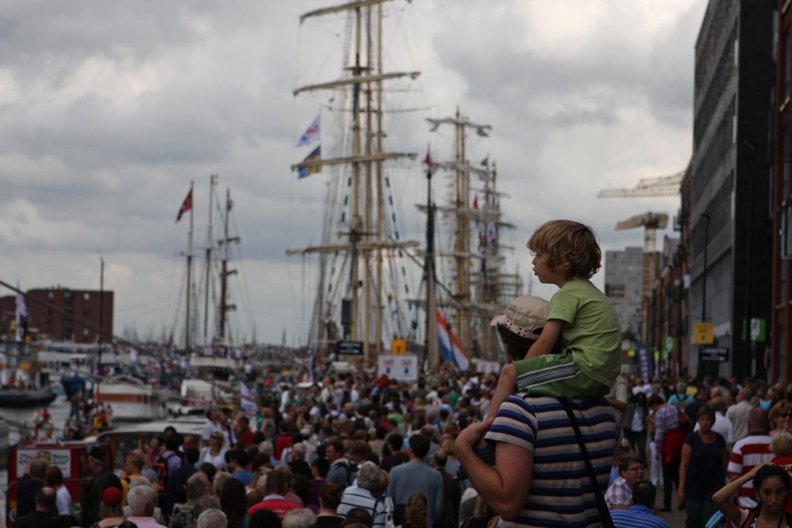 Sail - Loop een beetje achter met bewerken, dus ben nu pas aan Sail toe. Kijken naar de kijkers, dat vond ik het leukst. - foto door petervanmeurs op 08-09-2010 - deze foto bevat: amsterdam, sail, schepen, kijken, petervanmeurs