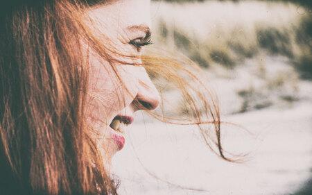 """Wuivend Rood Haar - Portret van mijn vriendin op het strand van Domburg, Zeeland. Gebruik gemaak van de NIK collectie, software om een """"vintage"""" uitstraling te krijgen. - foto door Krulkoos op 28-03-2017 - deze foto bevat: vrouw, rood, strand, wind, portret, duinen, haar, lachen, zeeland, vintage, meisje, dame, bewerking, mooi, nostalgie, jong, vrolijk, happy, bewerken, knap, waaien, wuiven, domburg, google, elena, lachend, strandportret, roodhaar, winderig, nik, zijportret, software, rood haar, rode lippen, rx100, maurice weststrate, nik collectie, zij-portret, fotovlekken, bewerkingsoftware, nik google"""