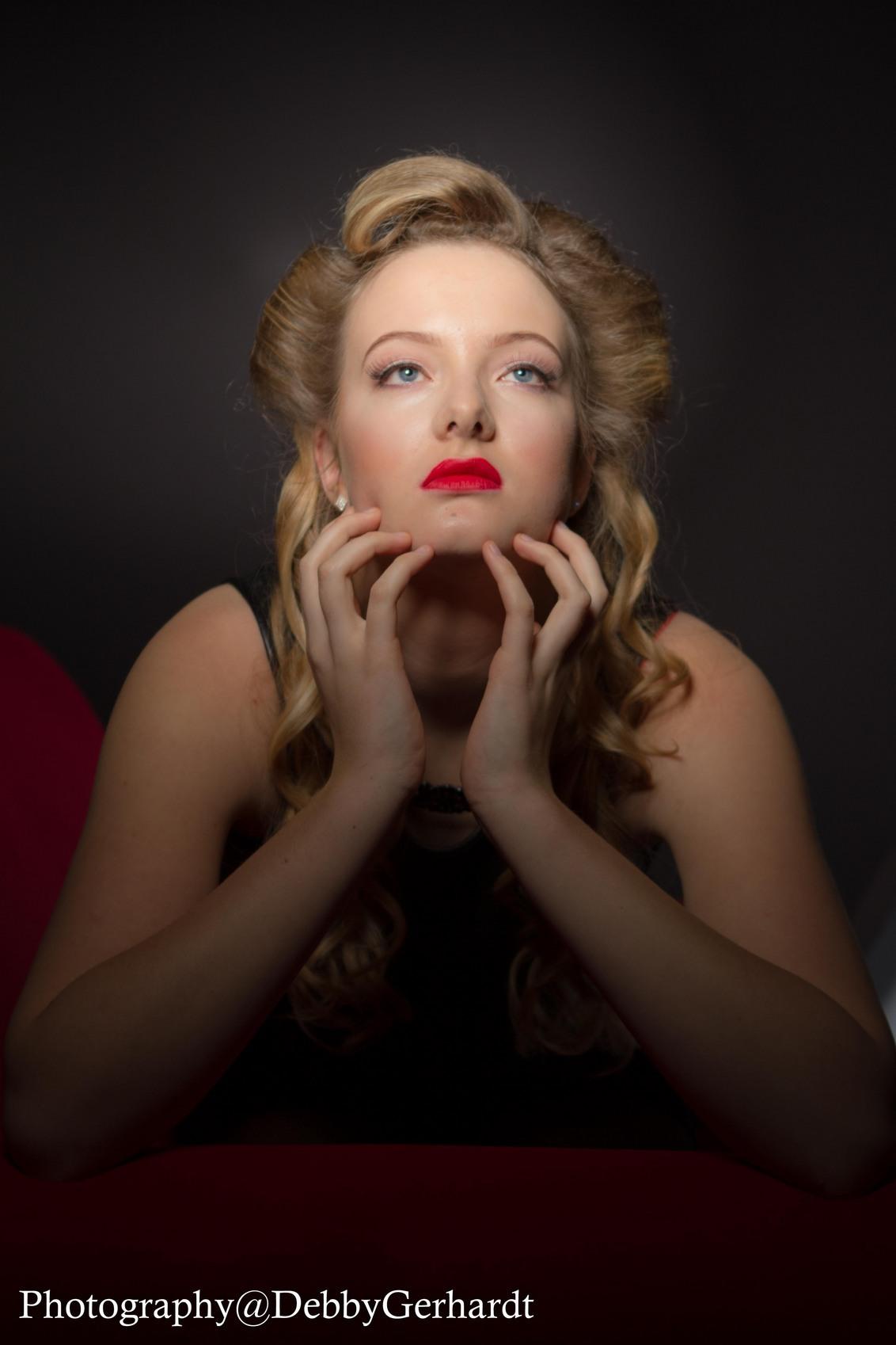 Renske - Klassieke lichtsetup Hollywoodstyle - foto door debbyvroon op 22-01-2015 - deze foto bevat: mensen, donker, licht, portret, model, flits, ogen, haar, meisje, beauty, glamour, studio, blond, closeup, fotoshoot, visagie, flitser