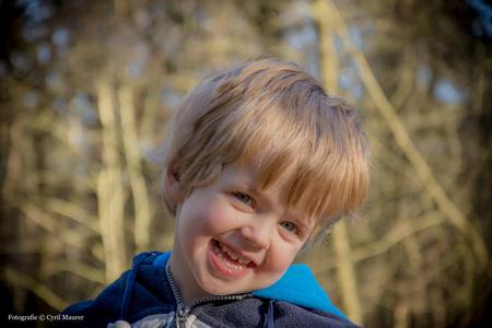 Mijn zoon Lucas in het bos - Blijft een uitdaging kinderen goed op de foto te zetten. Ik gebruik mijn zoon zo nu en dan als model . Wel erg leuk om te toen ben zelf wel erg tevre - foto door sipmaurer op 08-01-2016 - deze foto bevat: portret, daglicht, kind, ogen, haar, blond, closeup, vignette