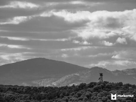 Wachttoren met bergen in infrarood