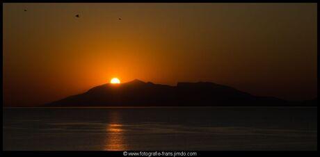 zonsopgang met wat vogels in de lucht
