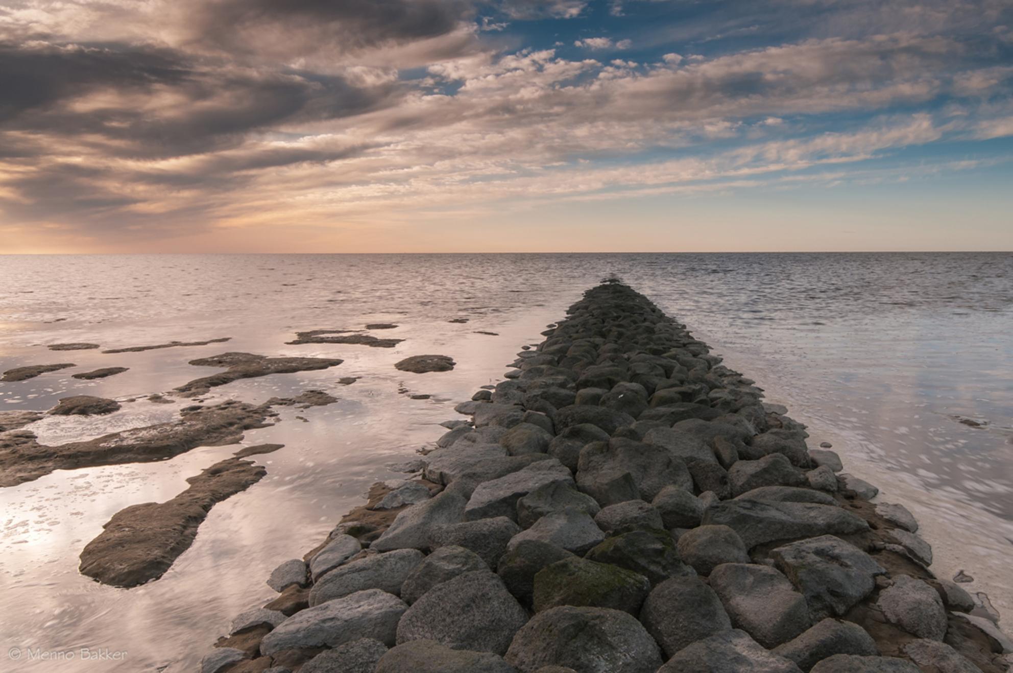 Koehool2 - Ontzettend bedankt voor de reacties op mijn vorige foto! Stel de kritiek + aanwijzingen welke ik heb mogen ontvangen zeer op prijs!  Bijgaand een f - foto door mjbakker20 op 17-04-2015 - deze foto bevat: blauw, water, zonsondergang, stenen, golfbreker, koehool - Deze foto mag gebruikt worden in een Zoom.nl publicatie